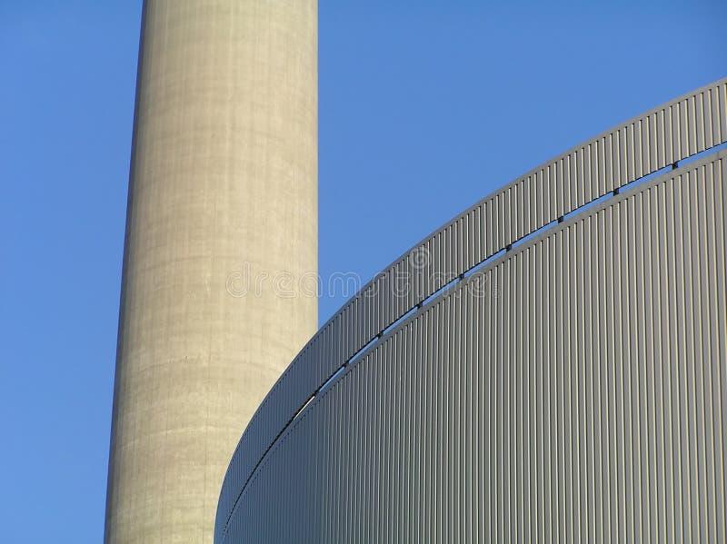 Edificios de la fábrica con la chimenea imagen de archivo
