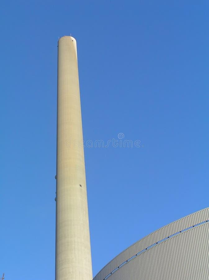 Edificios de la fábrica con la chimenea fotografía de archivo