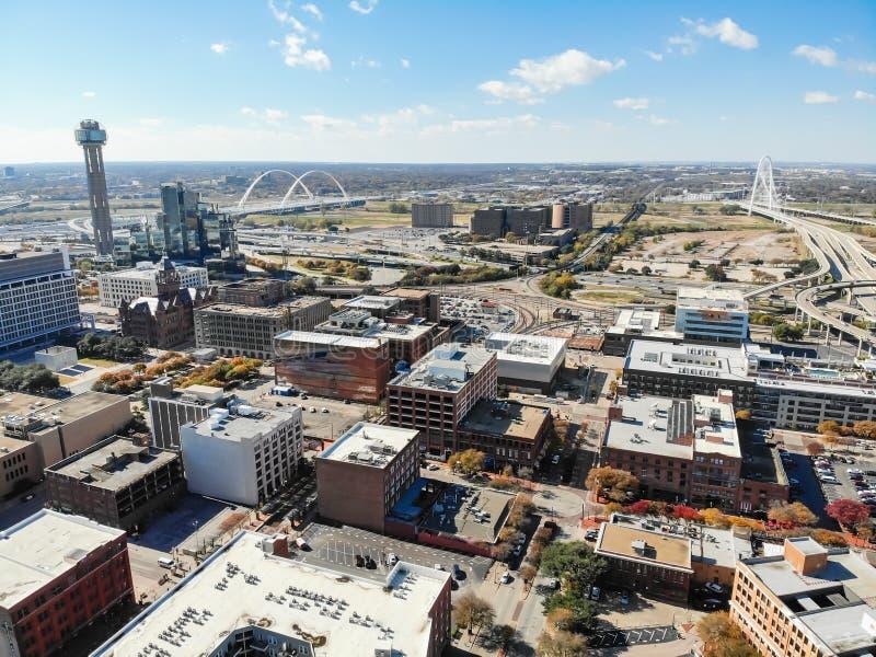 Edificios de la parte alta de Dallas de la visión superior con la señal Margaret Hunt Hil imagenes de archivo