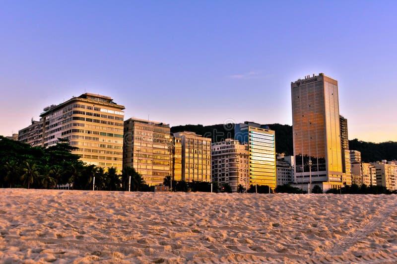 Edificios de la playa de Copacabana por la mañana imagen de archivo libre de regalías