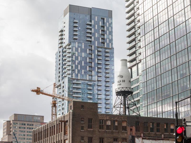 Edificios de ladrillo industriales viejos, arquitectura americana, y rascacielos de cristal del negocio moderno que se colocan en foto de archivo