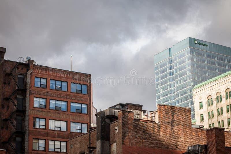 Edificios de ladrillo viejos, architecure americano, y rascacielos de cristal del negocio moderno que se colocan en Montreal cént imagen de archivo libre de regalías