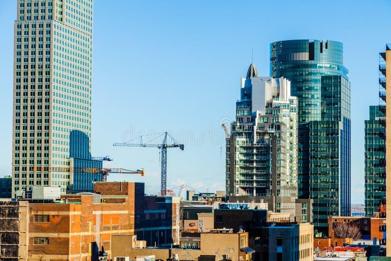 Edificios de Montreal debajo de la construcción y de grúas fotos de archivo