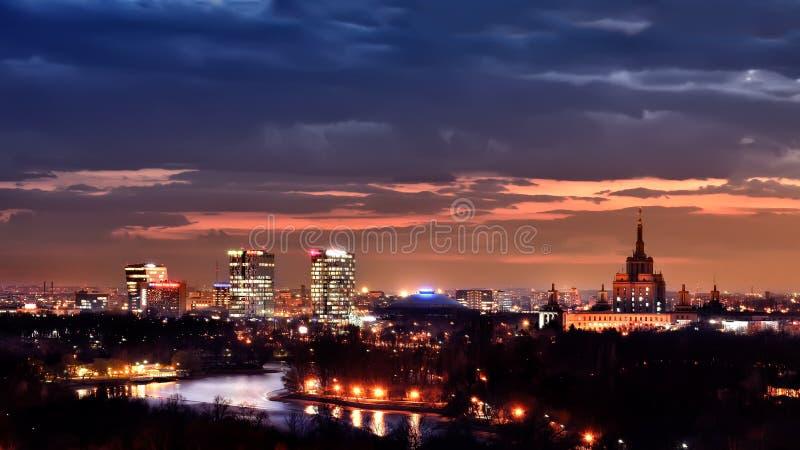 Edificios de oficinas del horizonte de Bucarest, después de la puesta del sol, visión aérea fotos de archivo