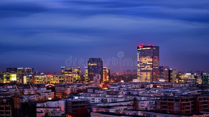 Edificios de oficinas del horizonte de Bucarest, visión aérea foto de archivo
