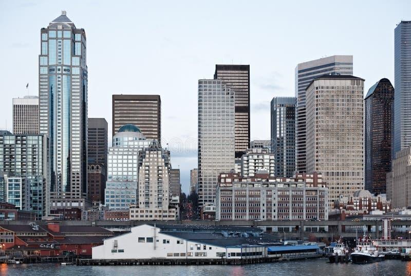 Edificios de oficinas del horizonte de la ciudad en la oscuridad en la bahía fotos de archivo