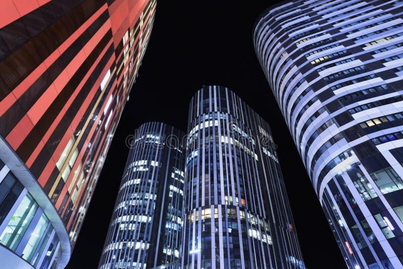 Edificios de oficinas en la noche, Pekín, China de SOHO Sanlitun foto de archivo libre de regalías
