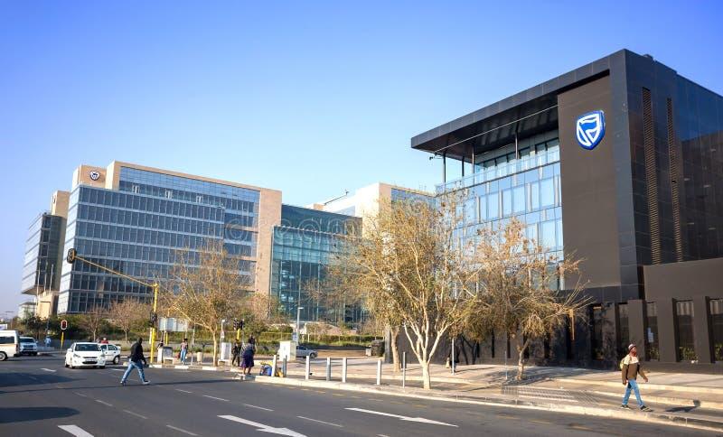 Edificios de oficinas modernos con las fachadas de cristal en centro de ciudad imagen de archivo libre de regalías