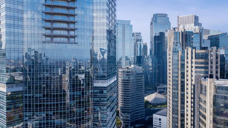 Edificios de oficinas modernos debajo del cielo azul foto de archivo libre de regalías