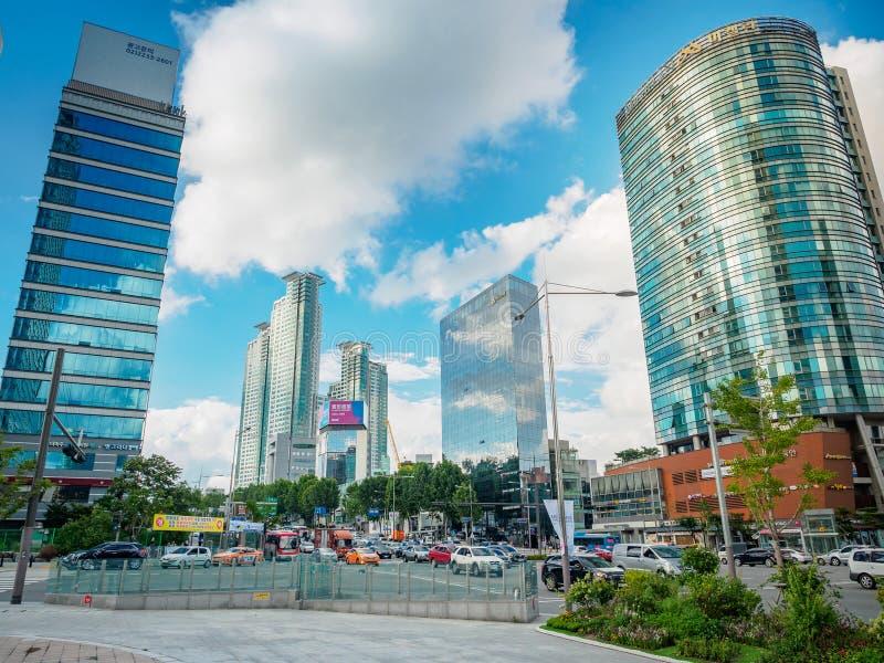 Edificios de oficinas modernos el 1 de septiembre de 2017 en el distrito i de Gangnam fotos de archivo