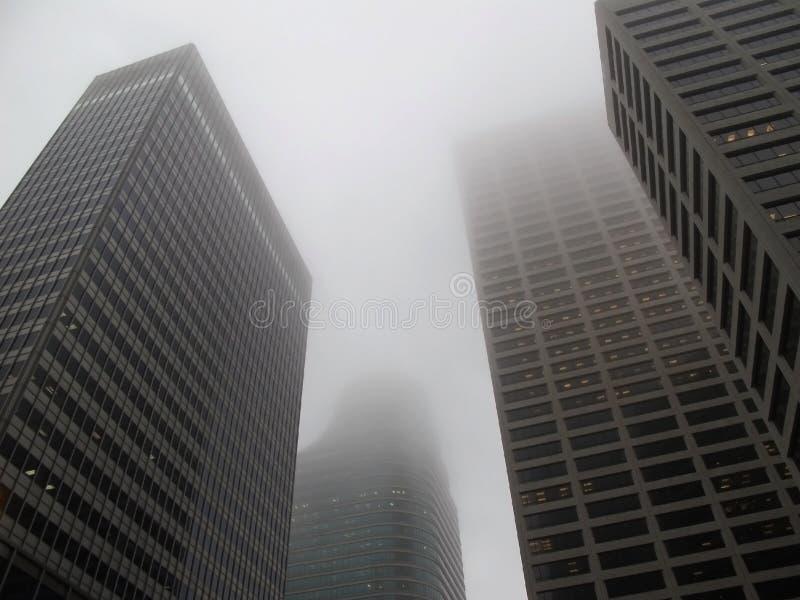 Edificios De Oficinas Modernos En La Niebla Fotografía de archivo