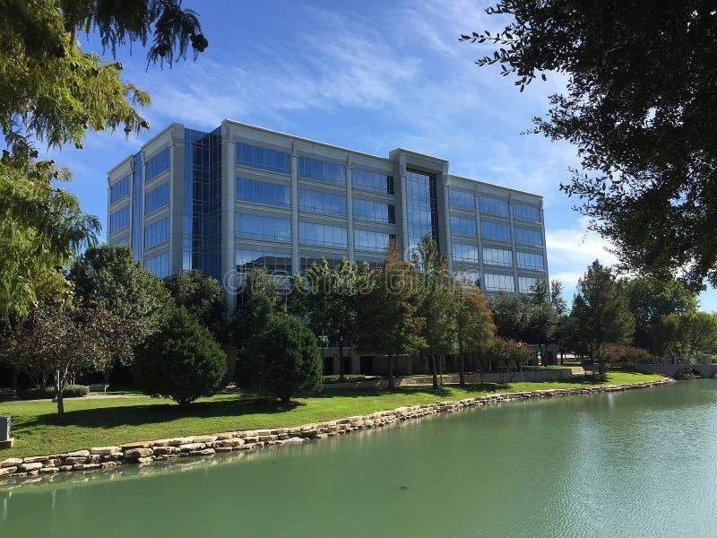 Edificios de oficinas modernos hermosos y diseño de los paisajes foto de archivo