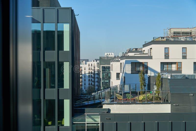 Edificios de oficinas modernos de la visión desde otro foto de archivo libre de regalías