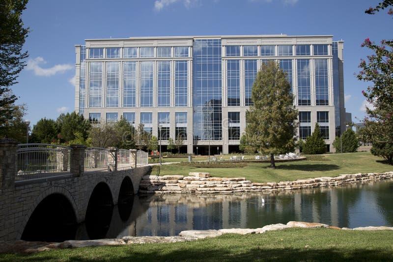 Edificios de oficinas modernos y parque agradable fotografía de archivo