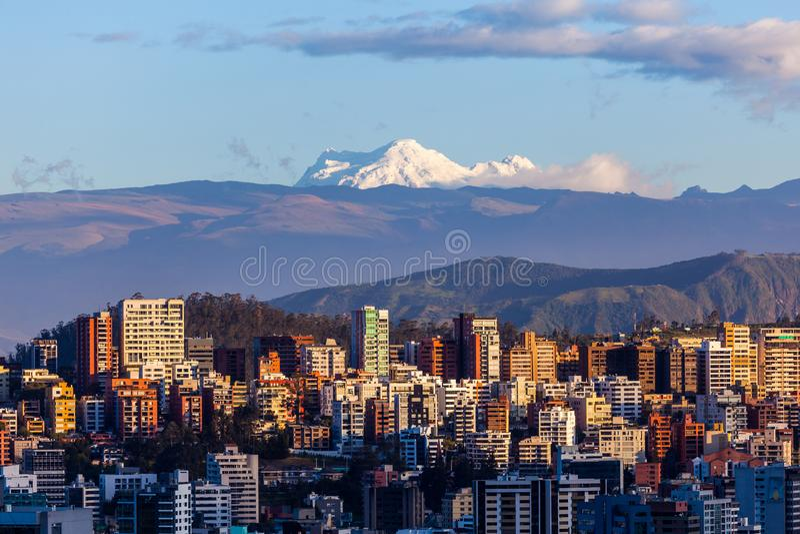 Edificios de Quito con Antisana foto de archivo libre de regalías