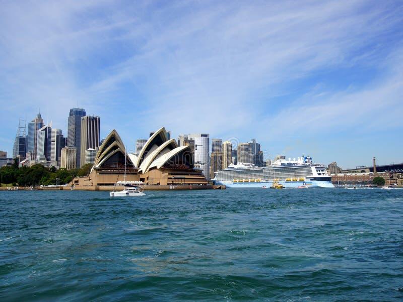 Edificios de Sydney Opera House y de la ciudad, Australia fotos de archivo libres de regalías