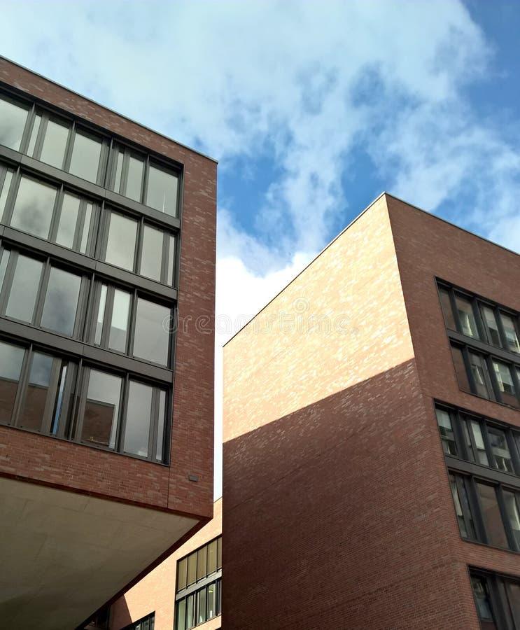 Edificios de varios pisos modernos fotos de archivo