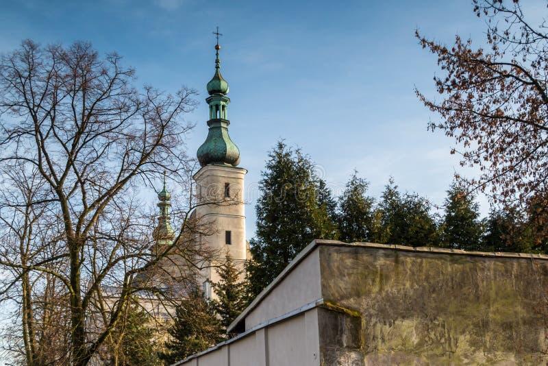 Edificios del convento en la ciudad de Radomsko en Polonia central imagenes de archivo