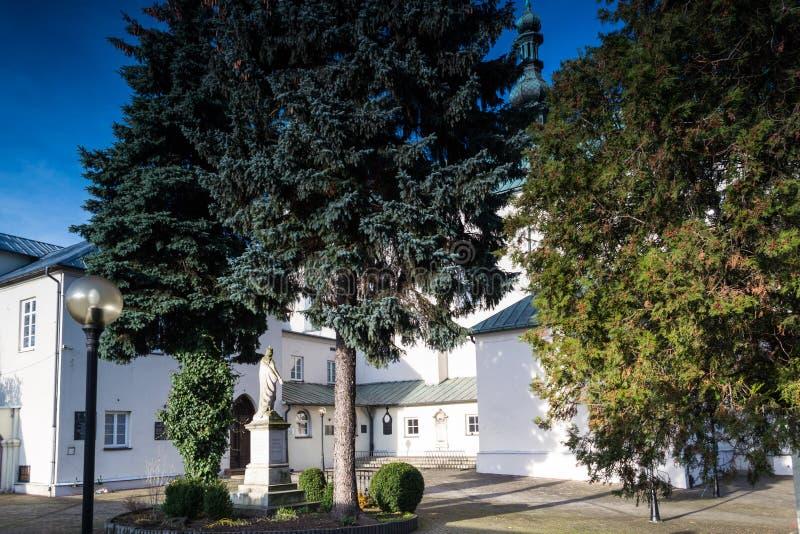 Edificios del convento en la ciudad de Radomsko en Polonia central fotografía de archivo