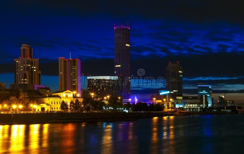 Edificios del negocio del centro de ciudad la noche que la charca riega imágenes de archivo libres de regalías