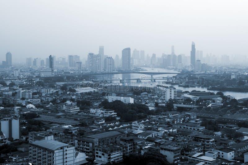 Edificios del negocio en la ciudad de Bangkok con horizonte en la salida del sol, estilo monocromático, Tailandia foto de archivo