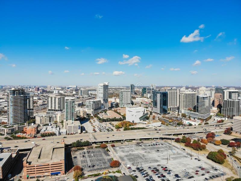 Edificios del rascacielos de la visión superior en Dallas de la parte alta con el aut colorido fotografía de archivo