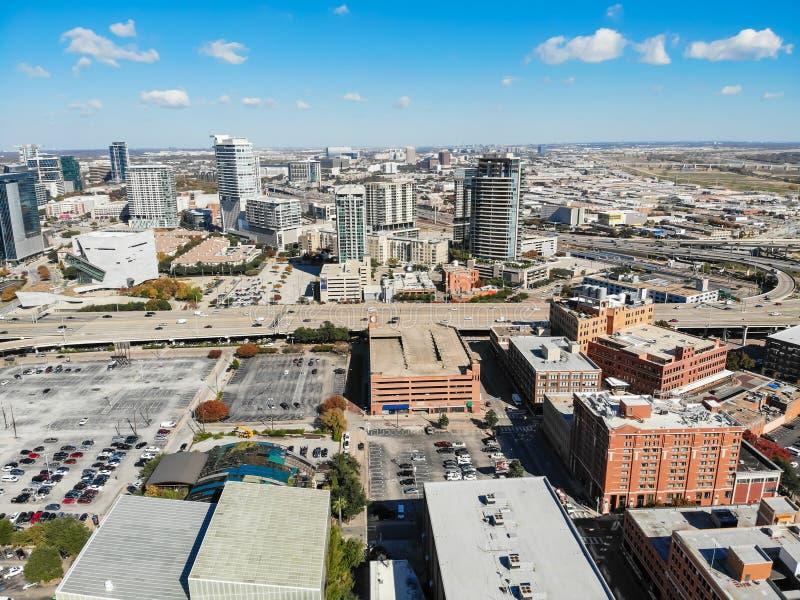Edificios del rascacielos de la visión superior en Dallas de la parte alta con el aut colorido foto de archivo