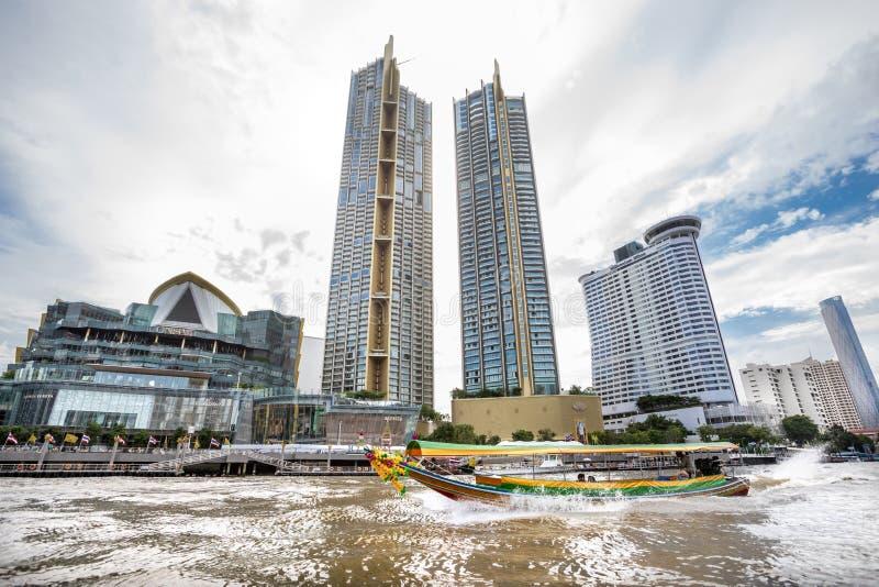 Edificios del rascacielos vistos de Chao Phraya River en la metrópoli de Bangkok en Tailandia foto de archivo