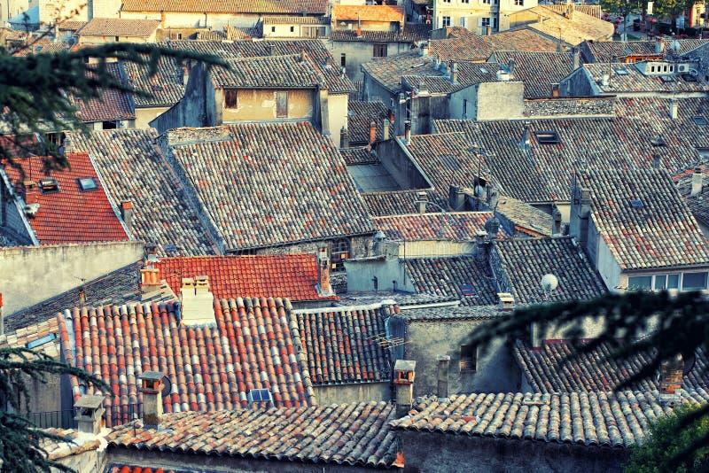 Edificios denso localizados con los tejados de teja roja agradables fotografía de archivo
