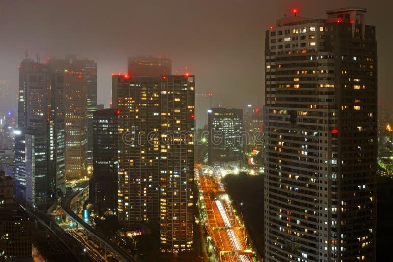 Edificios densos en Minato-ku, noche Tokio fotos de archivo