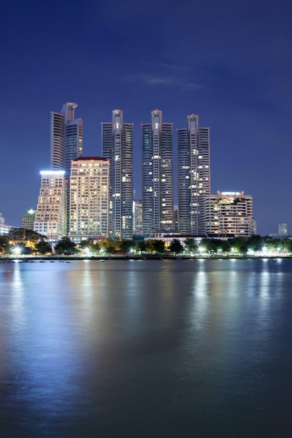 Edificios en Bangkok céntrica en la noche imagen de archivo libre de regalías
