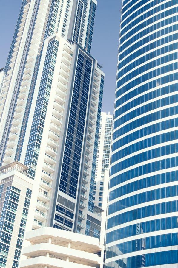 Edificios en el camino de jeque Zayed en Dubai fotografía de archivo