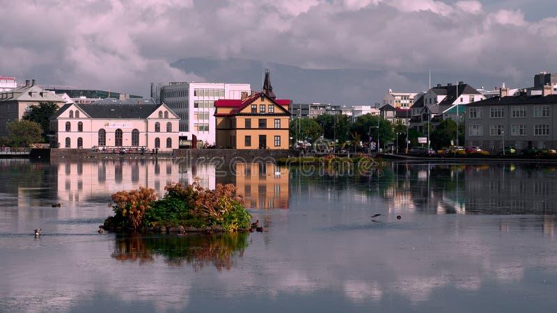 Edificios en el lago Tjornin, Reykjavik fotos de archivo