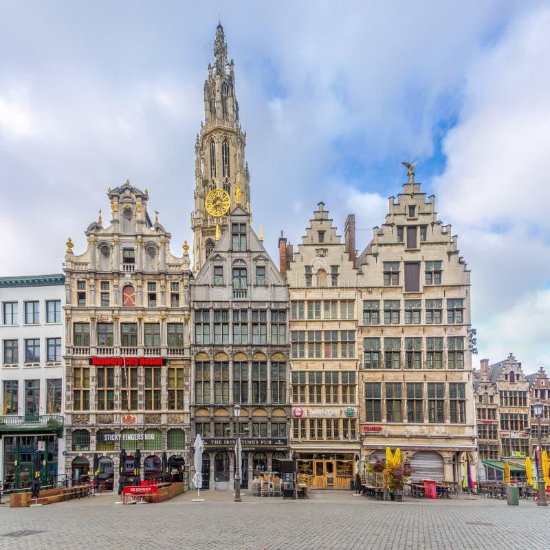Edificios en el markt de Grote con el campanario de nuestra catedral de la señora en Amberes - Bélgica imagenes de archivo