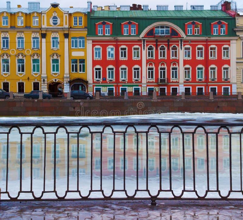 Edificios en el terraplén de Fontanka en el día de primavera temprano fotos de archivo