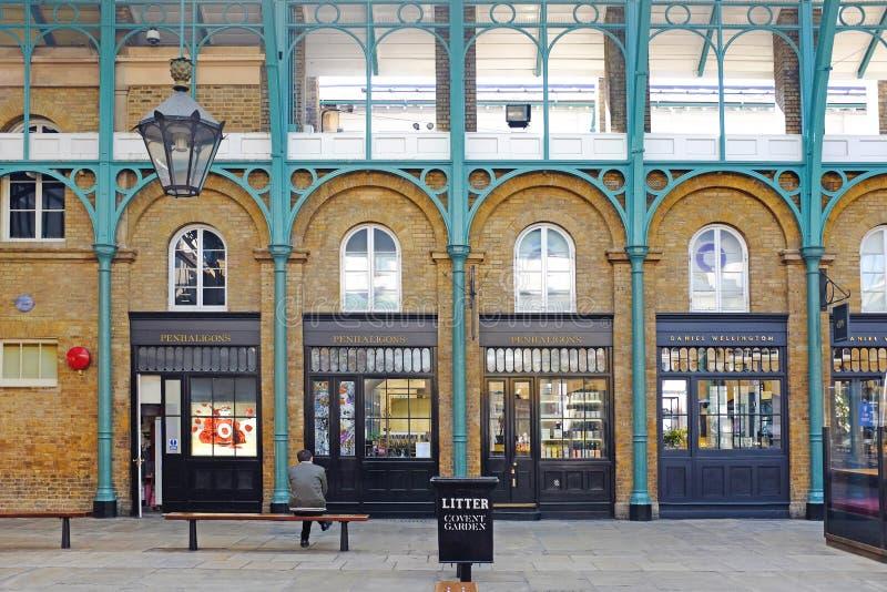 Edificios en jardín covent en Londres imagenes de archivo
