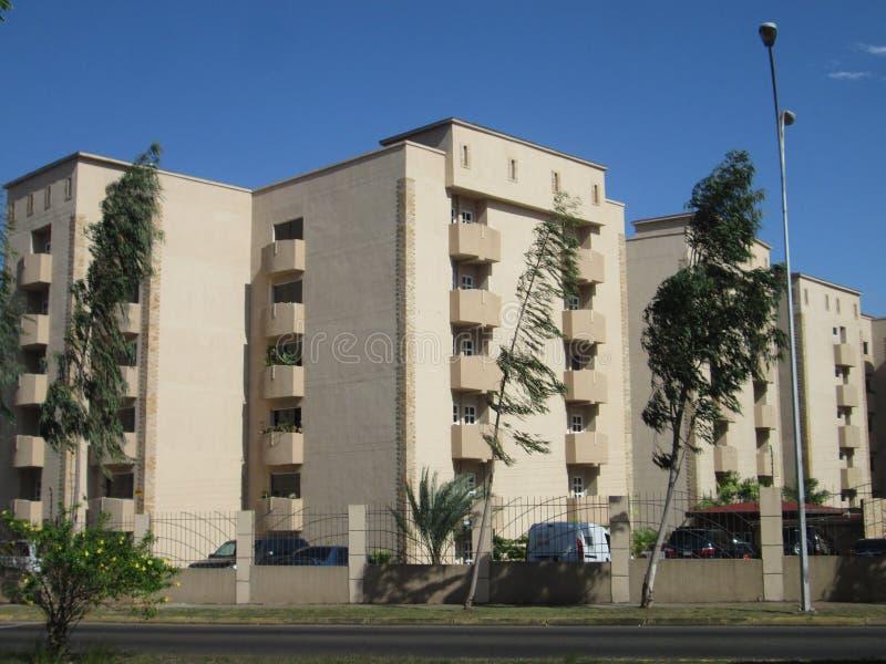Edificios en la avenida atlántica de Puerto Ordaz, Venezuela imágenes de archivo libres de regalías