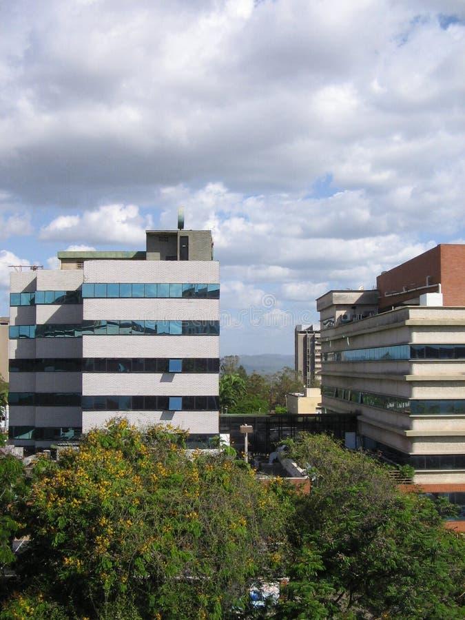 Edificios en la calle de Caura de Puerto Ordaz, Venezuela fotos de archivo libres de regalías