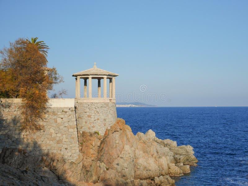 Edificios en la costa mediterránea, ` Agaro, Costa Brava, España de S imagen de archivo