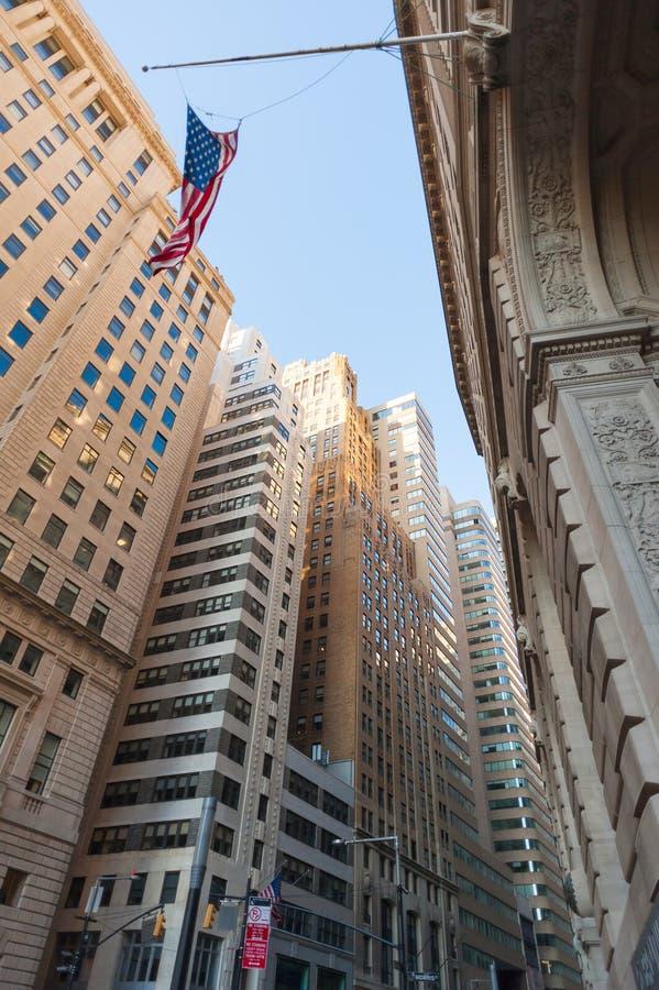 Edificios en la opinión de ángulo bajo de Morris Street cerca de Wall Street fotos de archivo libres de regalías