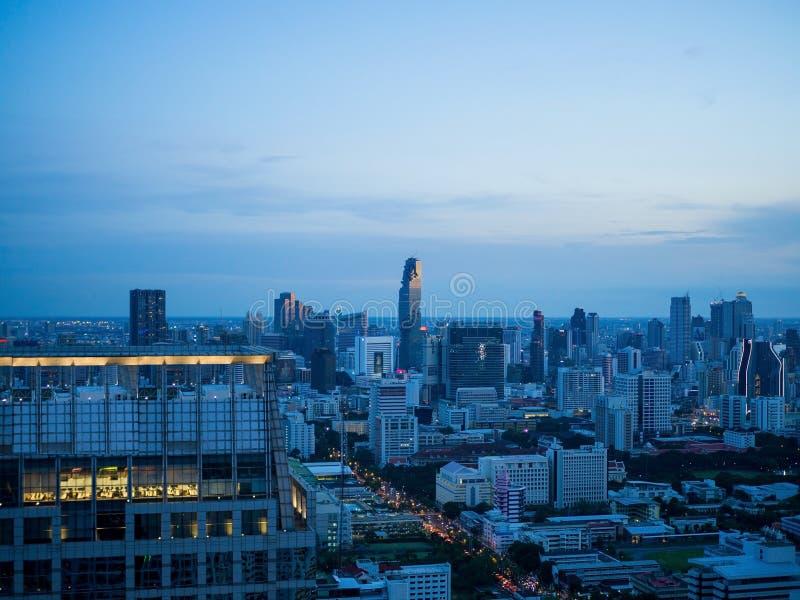 Edificios en la opinión de la puesta del sol en luz de la tarde fotos de archivo libres de regalías