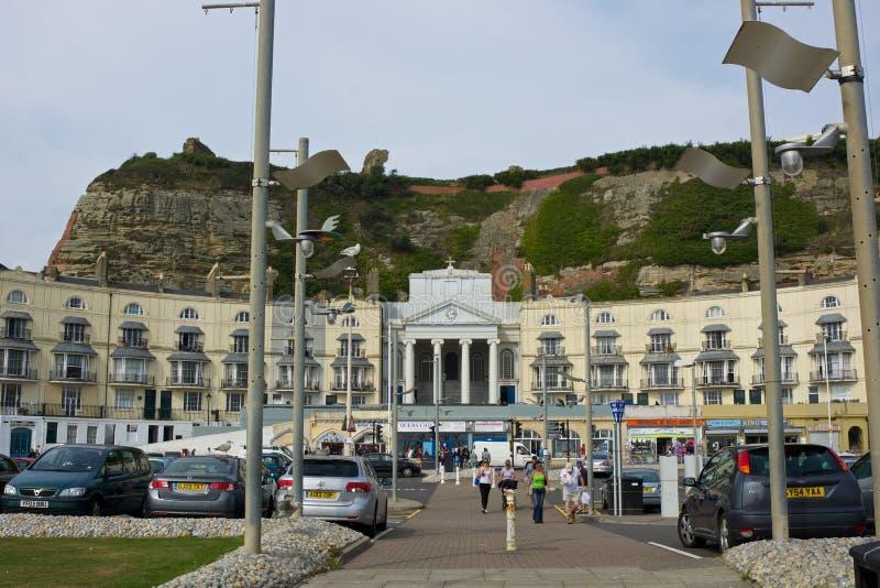 Edificios en la orilla del mar de Hastings debajo de los acantilados inglaterra foto de archivo libre de regalías