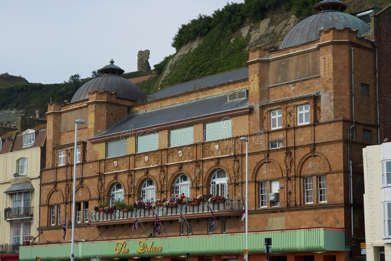 Edificios en la orilla del mar de Hastings debajo de los acantilados inglaterra fotos de archivo
