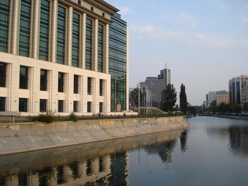 Edificios en orillas del río de Dambovita en Bucarest imagenes de archivo