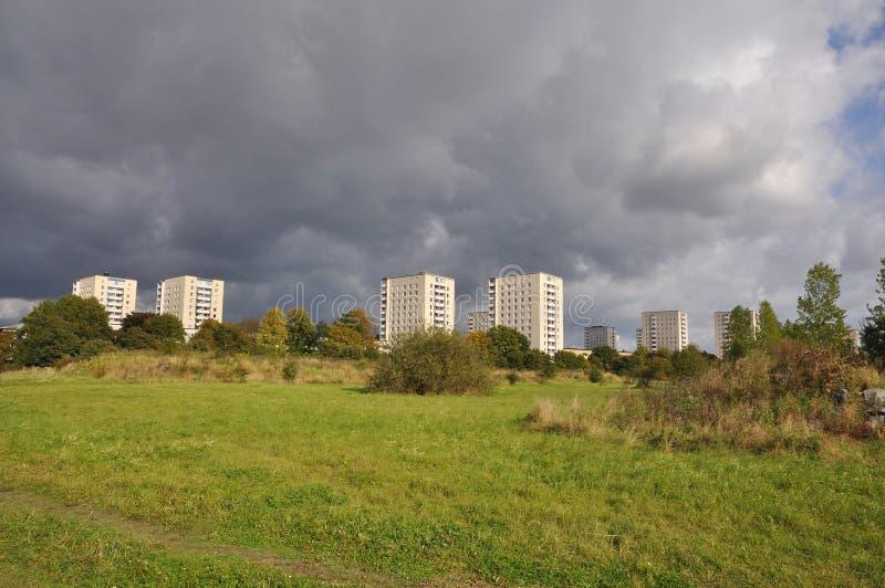Edificios en parque imagen de archivo libre de regalías