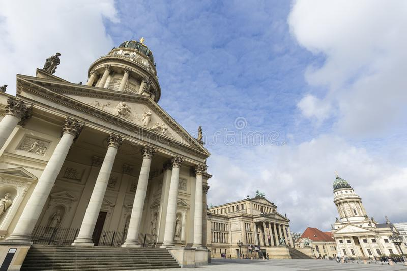 Edificios famosos en el cuadrado de Gendarmenmarkt en Berl?n fotos de archivo libres de regalías