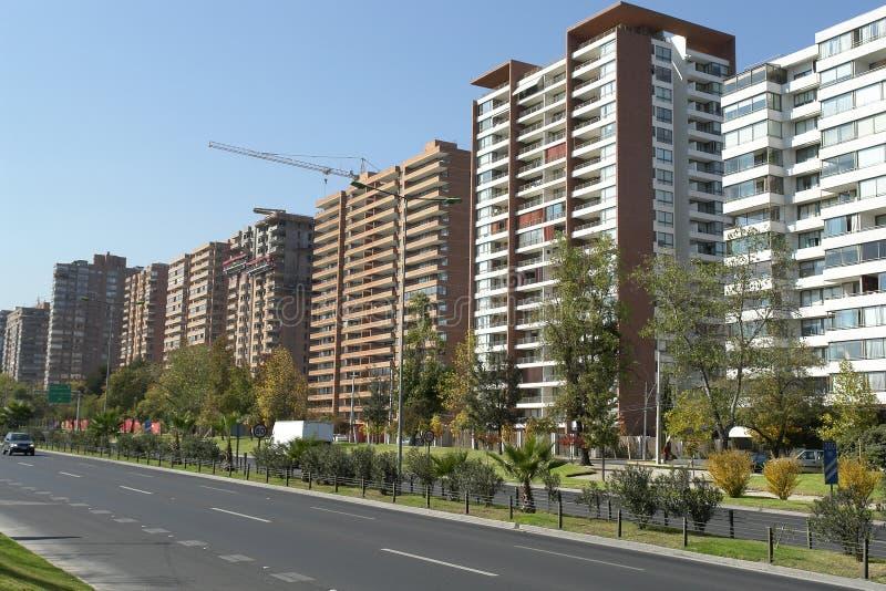 Edificios fijados en avenida fotos de archivo