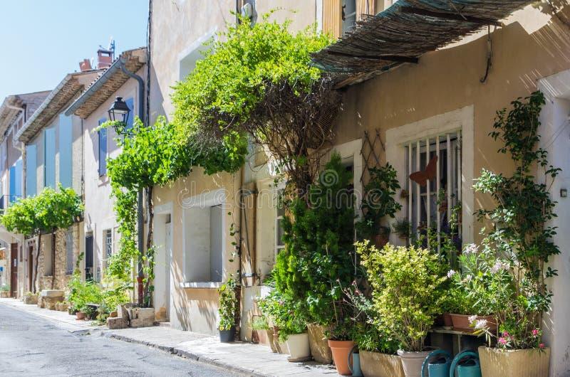 Edificios franceses en fila en un pequeño pueblo foto de archivo libre de regalías