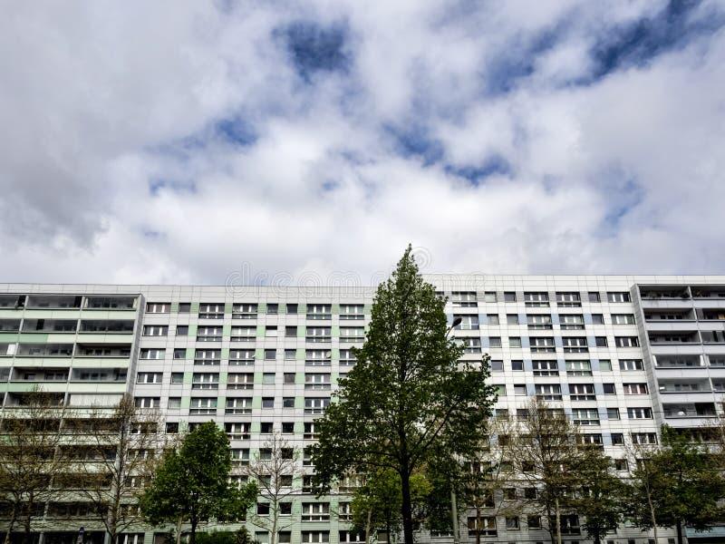 Edificios grandes con los planos en Berlín, Alemania imagen de archivo