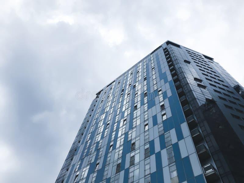 Edificios grandes en la ciudad de Kharkov, Ucrania Arquitectura de alta tecnolog?a Visi?n inferior fotos de archivo